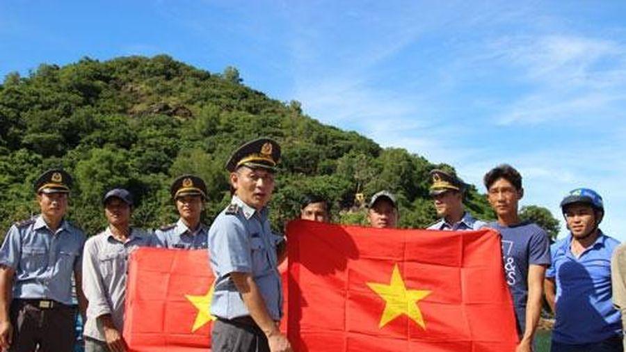 2.000 lá cờ Tổ Quốc cùng ngư dân Nam Du bám biển