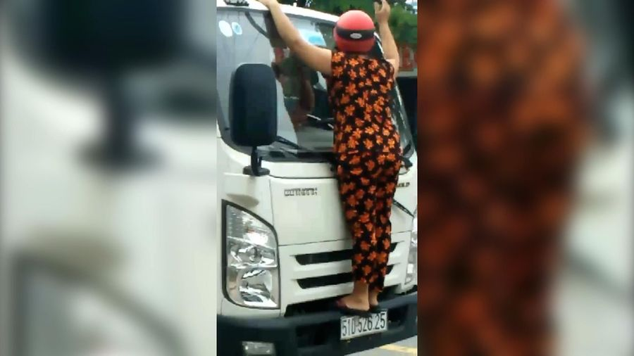 Clip: Người phụ nữ trèo lên đầu xe tải, bẻ gãy cần gạt mưa
