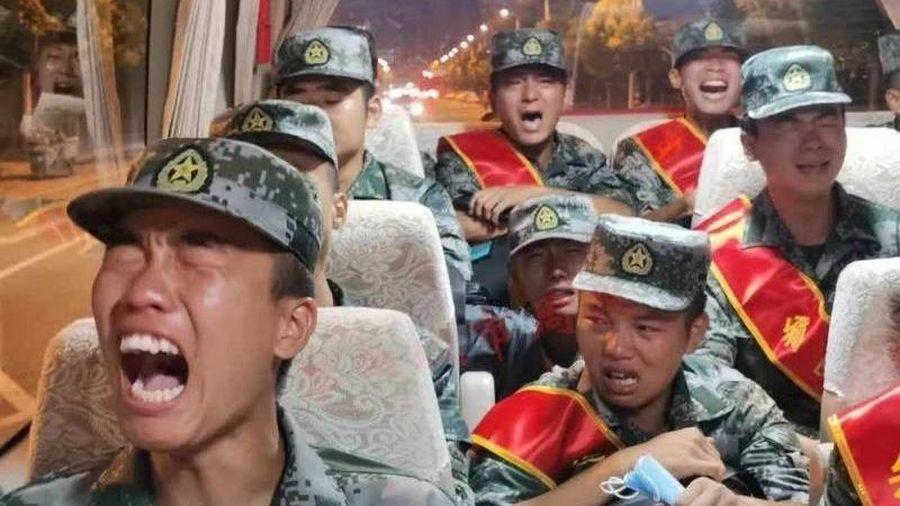 Lộ hình ảnh binh sĩ PLA 'khóc rưng rức' trên đường đến biên giới tranh chấp Trung-Ấn: TQ nói gì?