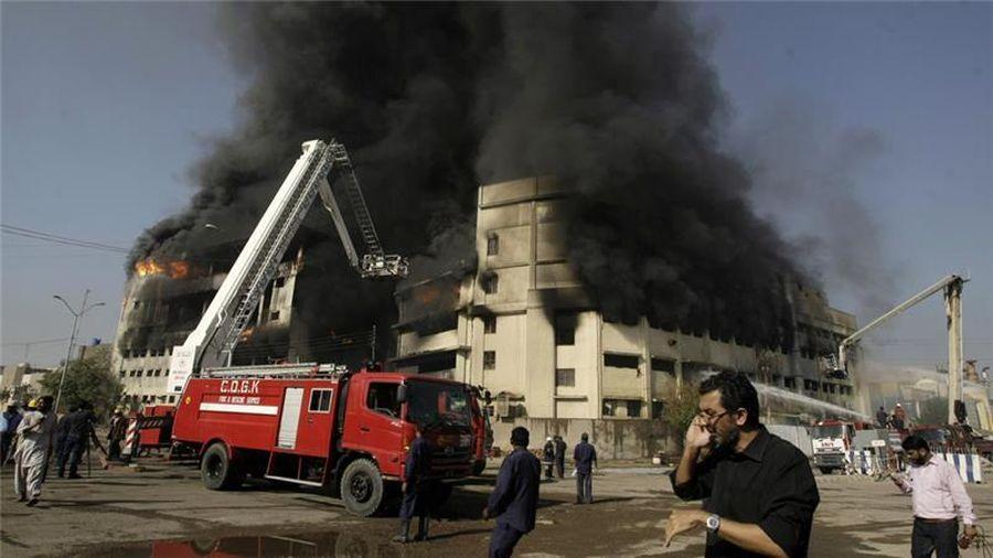 Hai người Pakistan lãnh án treo cổ vì phóng hỏa