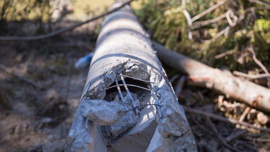 Lộ những sợi thép, bê tông ở cột điện bị gãy