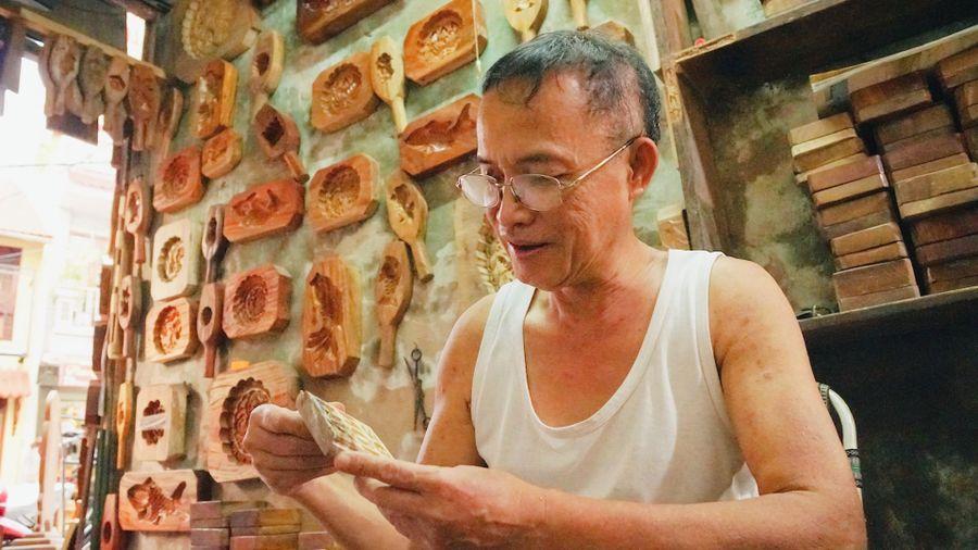 Người 40 năm làm khuôn bánh Trung Thu