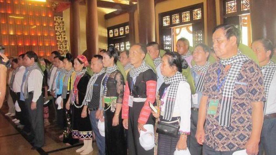 Đoàn đại biểu già làng, trưởng bản tiêu biểu các tỉnh biên giới phía Bắc dâng hương đền Bến Dược