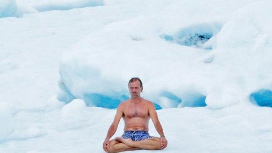 Người đàn ông 'cắn răng' ngâm mình trong thùng đá lạnh suốt 2 tiếng rưỡi để phá kỷ lục Guinness