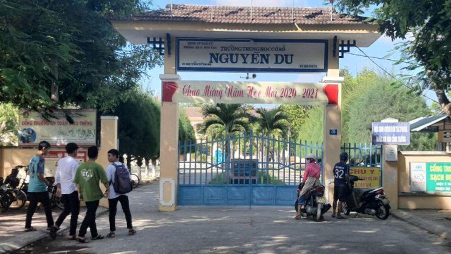 Trường Trung học cơ sở Nguyễn Du tự ý thu tiền ghế ngồi học sinh