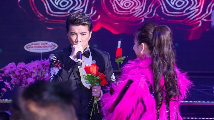 Đàm Vĩnh Hưng bối rối vì fan nữ trong đêm nhạc, cư dân mạng phát hiện ra 'hotgirl thị phi' năm nào