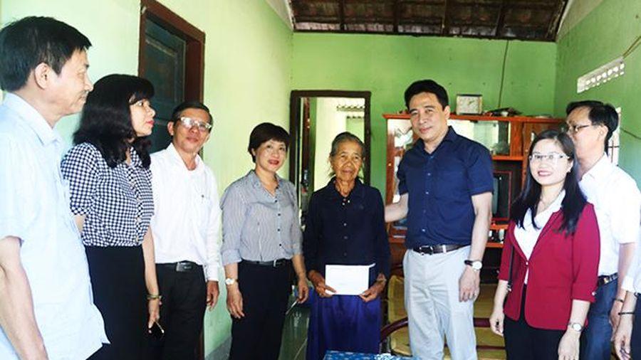 Ông Nguyễn Khắc Toàn - Phó Bí thư Thường trực Tỉnh ủy: Thăm, tặng quà người dân xã Khánh Hiệp