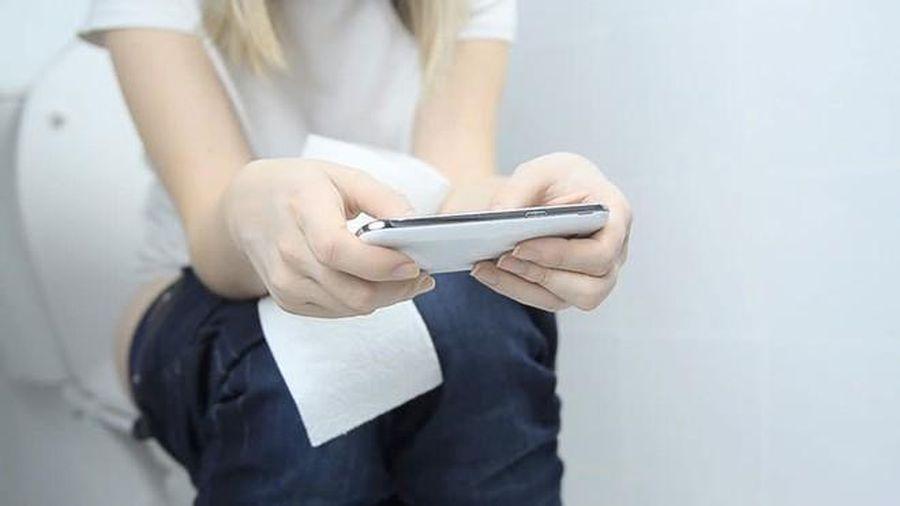 Dùng điện thoại khi đi vệ sinh nguy hiểm thế nào?