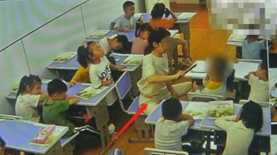 Cô giáo Trung Quốc đánh trẻ mầm non trong 8 phút