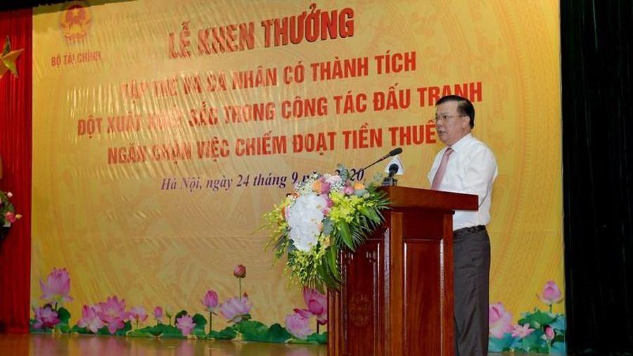 Bộ trưởng Đinh Tiến Dũng khen thưởng tập thể, cá nhân có thành tích xuất sắc trong công tác đấu tranh, ngăn chặn việc chiếm đoạt tiền thuế