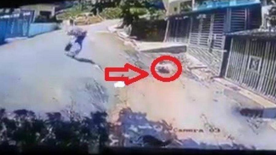 Biker bỏ xe, lao nhanh như chớp để cứu tính mạng bé sơ sinh
