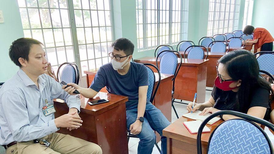 Đoàn phóng viên đi thực tế tìm hiểu về phương pháp điều trị HIV