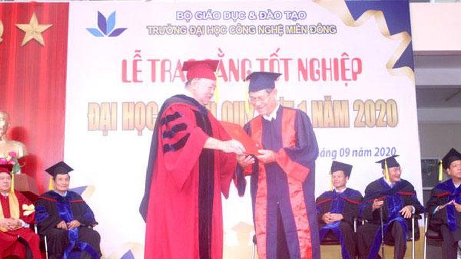 Nhận bằng dược sĩ đại học ở tuổi 63