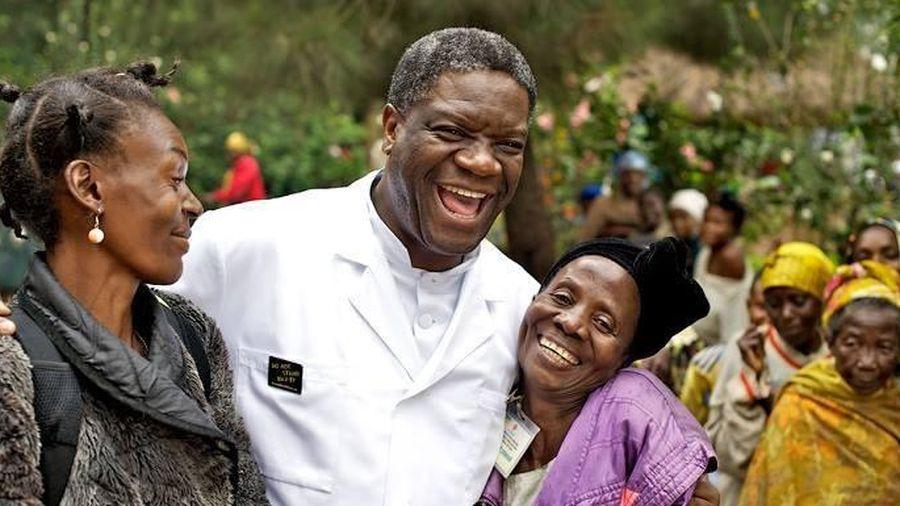 Bác sĩ nhận giải Nobel Hòa bình và tự truyện 'Blouse trắng tim hồng'