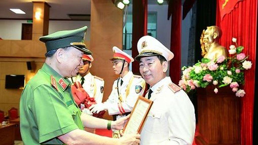 Trao Quyết định thăng cấp bậc hàm từ Thiếu tướng lên Trung tướng đối với Thứ trưởng Trần Quốc Tỏ