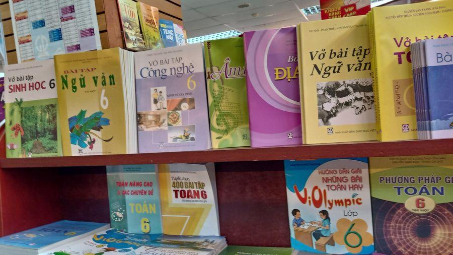 Bộ Giáo dục nêu lý do thời gian qua học sinh phải mua nhiều sách tham khảo