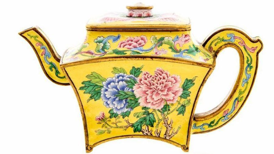 Bình uống trà bé xíu của vua Càn Long giá gần 12 tỷ