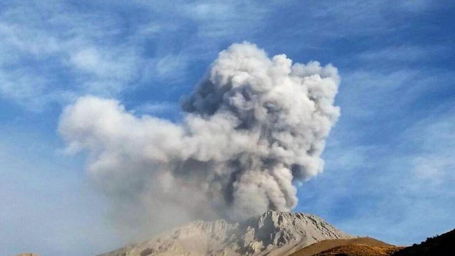 Peru: Núi lửa Sabancaya hoạt động mạnh, phát tán tro bụi trong bán kính 20 km