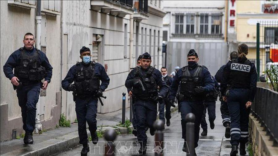 Cảnh sát bắt giữ một nghi phạm vụ tấn công bằng dao ở Pháp