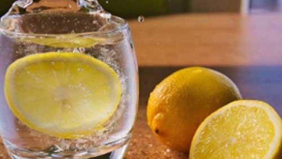 Không cần hóa chất tẩy rửa, đồ thủy tinh ố vàng sẽ 'sáng choang' nhờ 1 thứ nguyên liệu có sẵn trong bếp