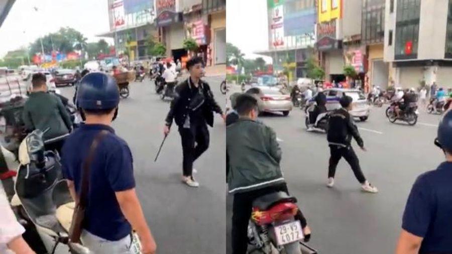 Tạm giữ nam thanh niên cầm hung khí đập phá xe của người dân sau va chạm giao thông