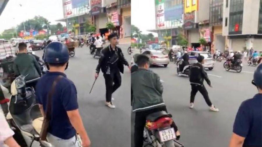 Tạm giữ đối tượng đập phá xe máy của người khác sau va chạm giao thông