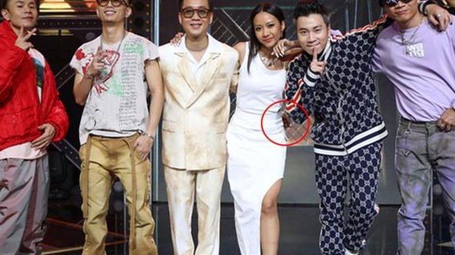 Đứng cạnh Suboi, JustaTee bất ngờ được chú ý vì 'bàn tay lịch thiệp'