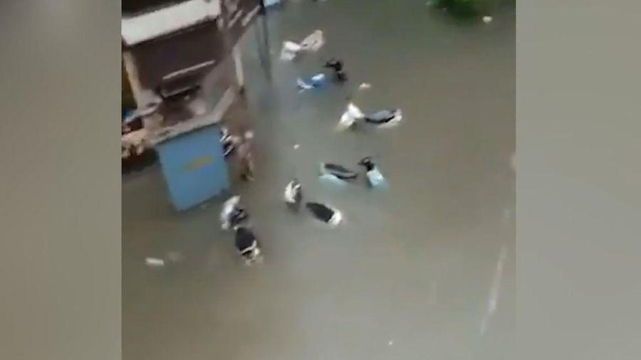 Khu phố ngập lụt sau trận mưa ở Ấn Độ