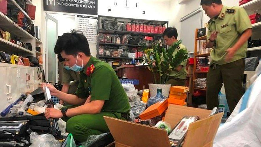 Kho đao kiếm trong cửa hàng túi xách ở TP.HCM