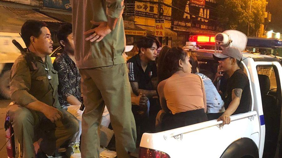 100 khách trong quán karaoke bị đưa về đồn công an