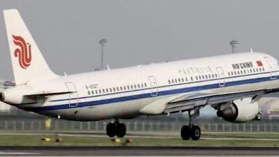 Phát hiện người chết nghi tự sát trong toilet, máy bay Trung Quốc hạ cánh khẩn