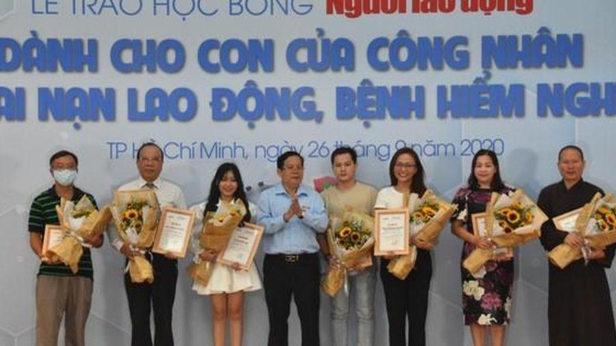 Trao 110 suất học bổng Báo Người Lao Động cho con công nhân