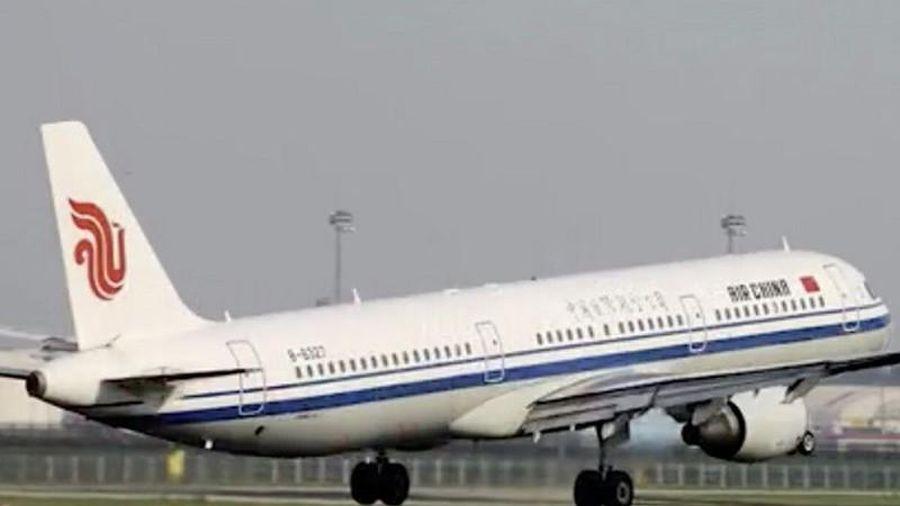 Máy bay hạ cánh khẩn vì hành khách chết trong nhà vệ sinh