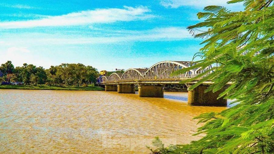 Sông Hương bất ngờ đổi màu khác thường nhiều ngày