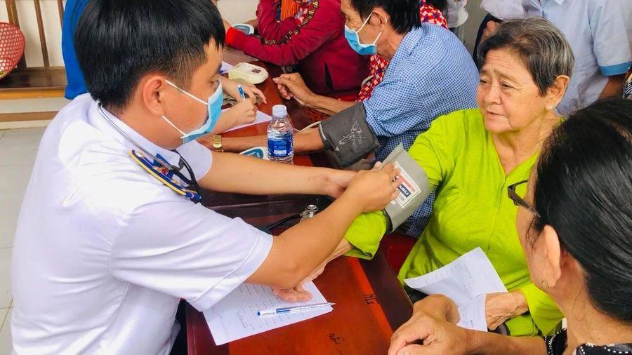 Khám và cấp thuốc miễn phí cho ngư dân Kiên Giang
