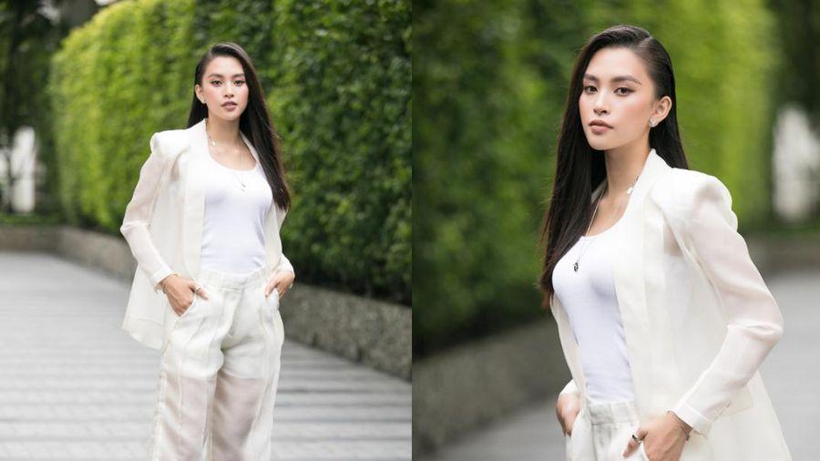 Hoa hậu Tiểu Vy diện vest xuyên thấu, nửa kín nửa hở khiến fan xiêu lòng