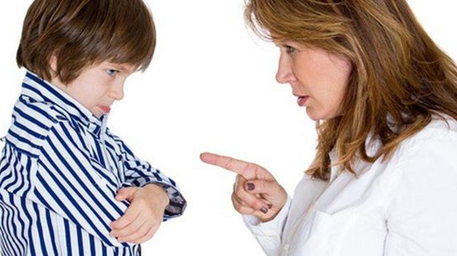 Mẹ choáng khi con trai ngoan ngoãn nói bậy liên mồm