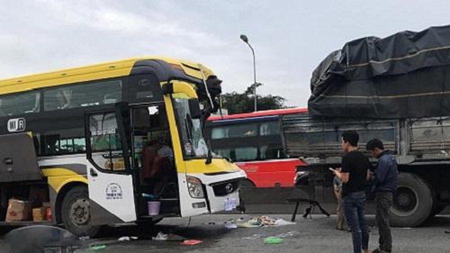 Bình Dương: Xe khách đâm xe tải, tài xế tử vong tại chỗ