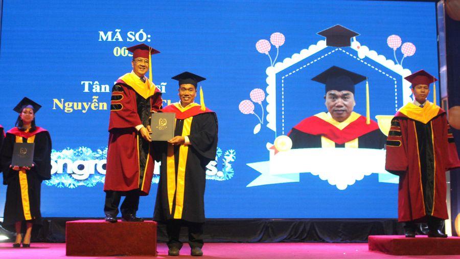 Trao bằng tốt nghiệp cho 722 thạc sĩ, kỹ sư, cử nhân