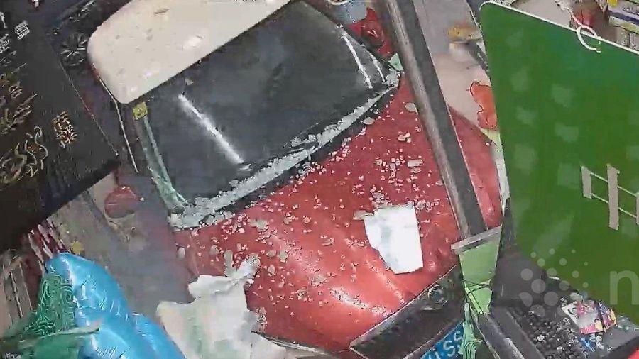 Ô tô mất lái đâm tan nát cửa hàng thuốc trên phố