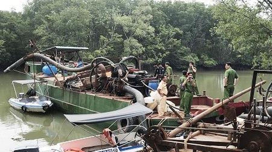 Bắt 2 thuyền lớn với hàng chục 'vòi bạch tuộc' hút cát trên sông Đồng Nai