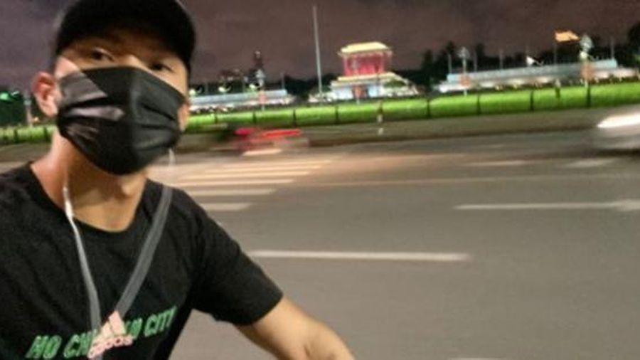 Sau hơn một tháng về Việt Nam, Văn Hậu vẫn tập thể dục theo 'giờ châu Âu': Nửa đêm đi đạp xe, thăm thú các địa điểm nổi tiếng của Hà Nội