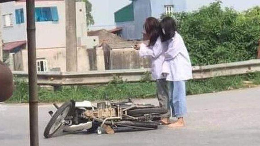 Đang đi học thì xe máy lăn ra đổ giữa đường, 2 nữ sinh lôi điện thoại làm hành động 'khó hiểu' thu hút gần 20.000 lượt like