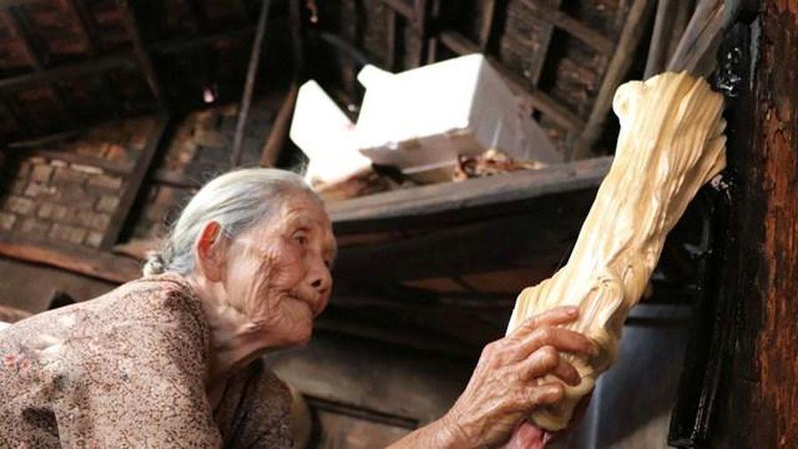 Cụ bà gần 90 tuổi dành cả đời làm kẹo kéo