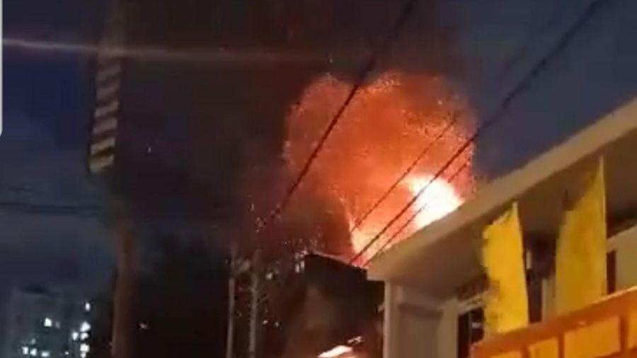 Cháy lớn cạnh Chi cục Thi hành án dân sự quận 9