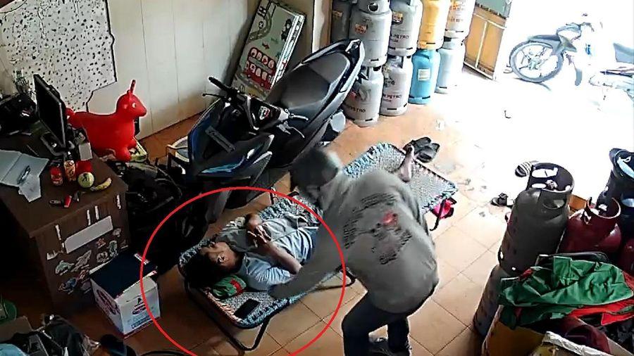 Người đàn ông bị trộm điện thoại khi đang ngủ