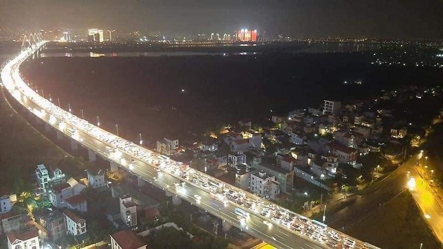 Cầu Nhật Tân tắc dài sau 3 vụ tai nạn liên tiếp