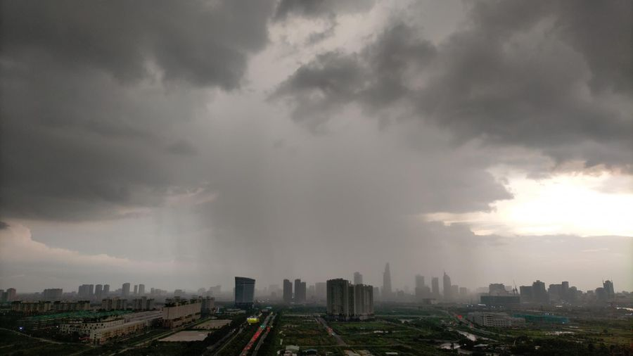 Xuất hiện áp thấp, đêm nay miền Nam mưa lớn