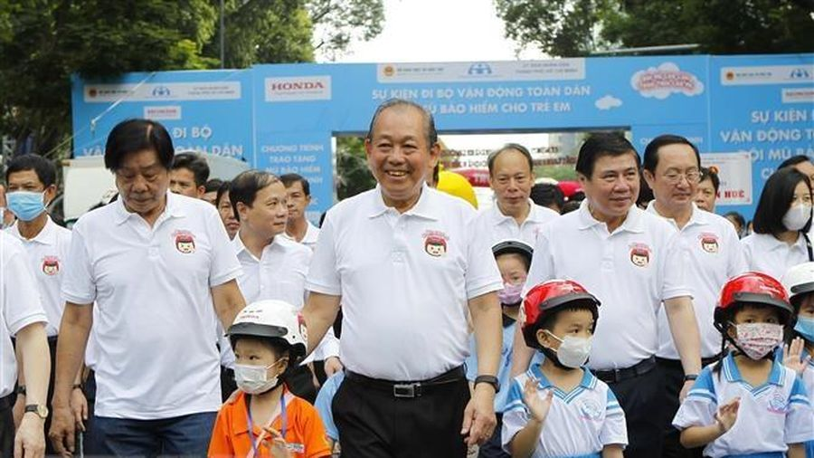 Phó Thủ tướng đi bộ vận động toàn dân đội mũ bảo hiểm cho trẻ em