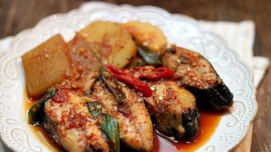 Cá kho củ cải mềm ngon cho cơm tối đậm đà